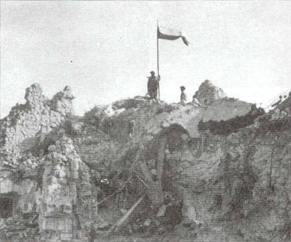 La bandiera polacca sventola sulle rovine di Cassino