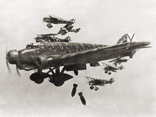 Fiat C.R.32 del XVI Gruppo Autonomo cucaracha scortano un Savoia-Marchetti S.M.81 in una missione di bombardamento.