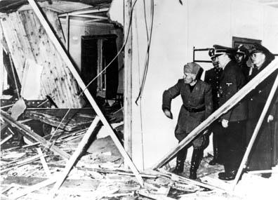 Hitler mostra a Mussolini la stanza del fallito attentato