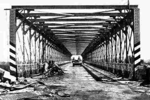 Il ponte di Primosole attaversato da mezzi britannici