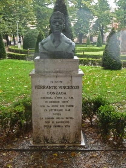 La statua dedicata a Ferrante Gonzaga