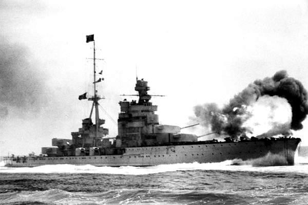 L'incrociatore pesante Zara apre il fuoco con le artiglierie di prua