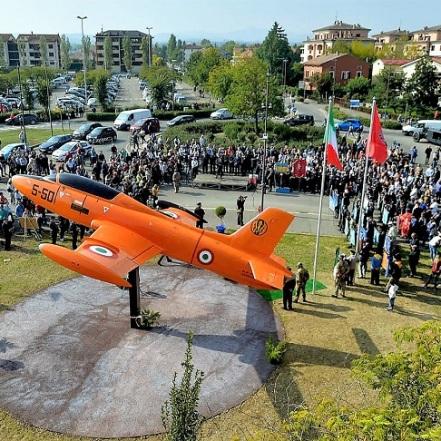 Parma, 30.09.2017 - Aeronautica: nel centenario della nascita di Luigi Gorrini inaugurato in via Cairoli a Fidenza il monumento dedicato all'aviatore. Scoperto il jet Aermacchi MB 326.FOTO MARCO VASINICell. 339.4333787E-mail vasinimarco@libero.it