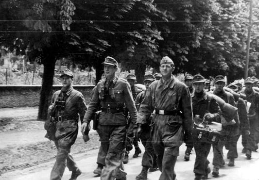 Reparto tedesco si avvia verso i campi di prigionia