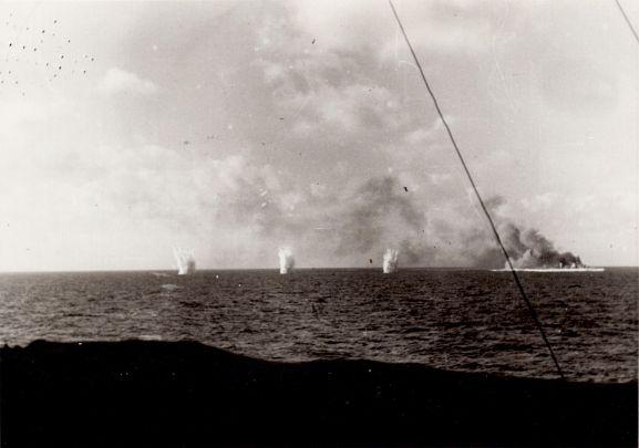 Un incrociatore della classe Condottieri della Regia Marina sotto il tiro avversario durante la battaglia