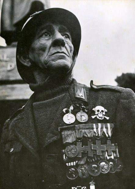 Veterano degli Arditi con il petto pieno di decorazioni