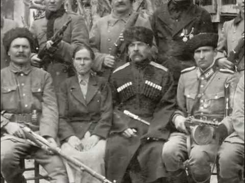 Cavazzo (Udine) nel 1944. un capo Atamano, forse con sua moglie, circondato da altri militari cosacchi.
