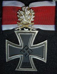 Croce di Cavaliere con Fronde di Quercia in Oro, Spade e Diamanti