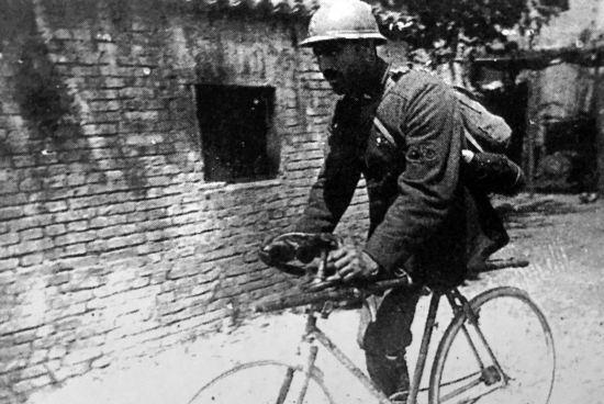 Enrico Toti in bicicletta