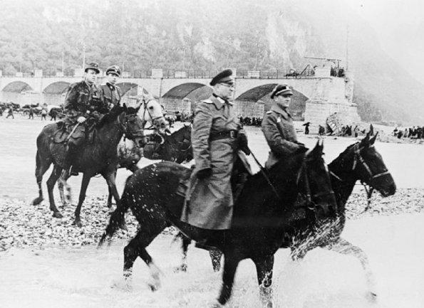 Il comandante della Divisione cosacca Domanov e il maggiore delle SS, von Alvensleben, con gli altri ufficiali al seguito attraversano il Tagliamento
