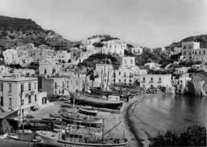 La spiaggia di Santa Maria, a sinistra la casa prigione di Mussolini