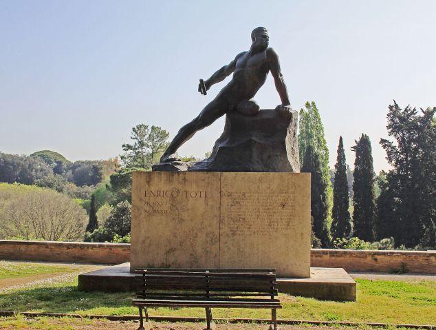 La statua dedicata a Entico Toti a Villa Borghese, Roma