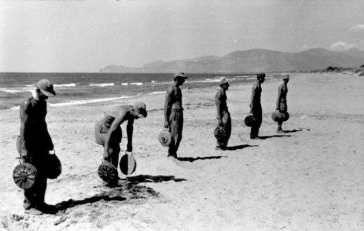 Soldati tedeschi posano mine anticarro sulla spiaggia