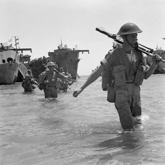 Truppe britanniche prendono terra sulle spiagge siciliane, 10 luglio 1943