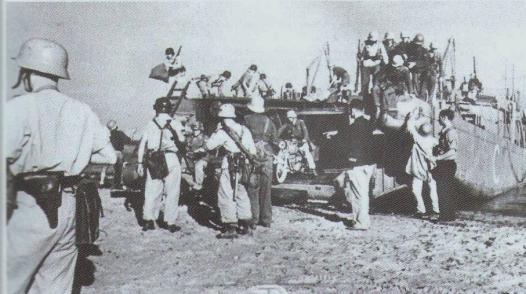 Truppe tedesche attraversano su chiatte lo stretto di Messina per prendere parte alla difesa della Sicilia