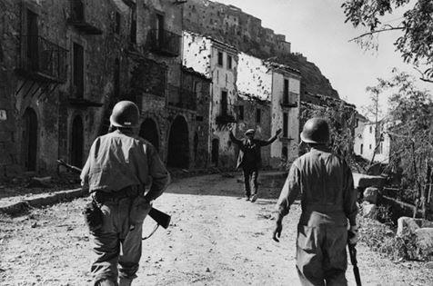 Un civile di Troina si arrende alle truppe americane