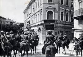 Un reparto di cavballeria italiana entra a Gorizia