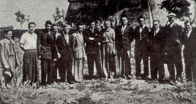 13 dei 22 superstiti, pochi giorni dopo il sacrificio di Salvo D'Acquisto, qui ripresi dinanzi al Castello di Torre In Pietra