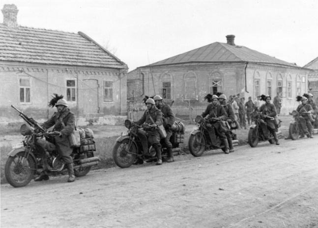 Bersaglieri motociclisti diretti verso il fronte nell'estate 1941