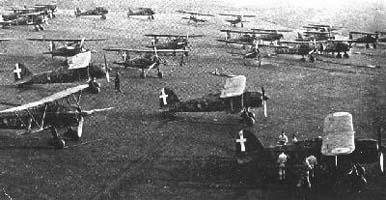 CR 42 schierati su un campo di aviazione in Belgio