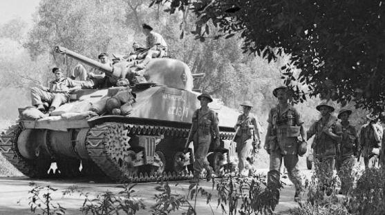 Fanteria inglese avanza affiancata da un carro Sherman.JPG