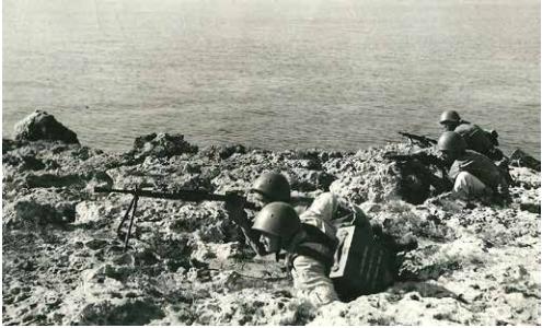 Fanti del San Marco difendono un tratto di costa