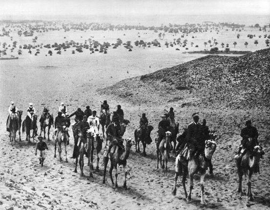 Graziani e Amedeo d'Aosta entrano nell'oasi di Cufra. Con l'occupazione dell'oasi si strinse ulteriormente il cerchio intorno ad al-Mukhtār