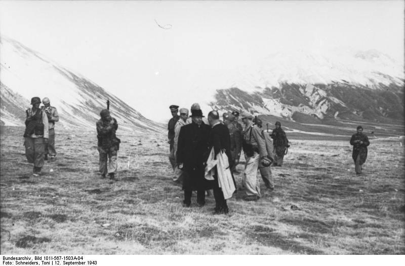 In attesa del decollo, Mussolini si intrattiene col generale Gueli, che era responsabile della sua sorveglianza durante la prigionia.jpg