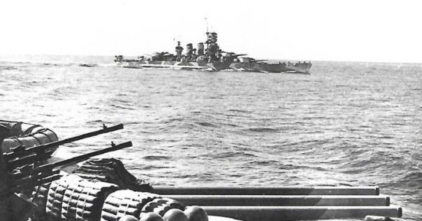 La corazzata Littorio ripresa dalla gemella Vittorio Veneto durante la manoca per impegnare le forze britanniche