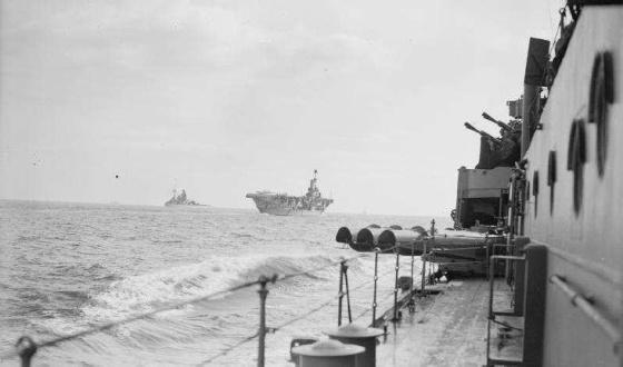 La portaerei Ark Royal e la corazzata Rdeny riprese dall'incrociatore Hermione