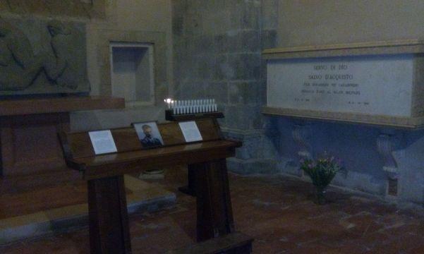 La tomba del vicebrigadiere Servo di Dio Salvo D'Acquisto, nella cappella laterale sinistra , nella Basilica di Santa Chiara.
