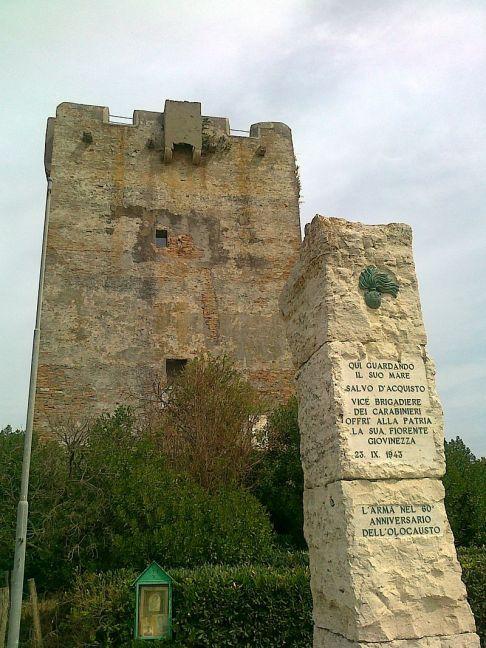 La torre di Palidoro e la lapide a Salvo d'Acquisto