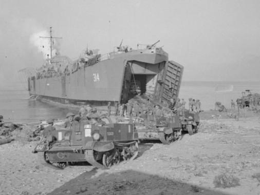 n LST sbarca il suo carico di uomini e mezzi, precisamente Universal Carrier, sulle spiagge di Salerno