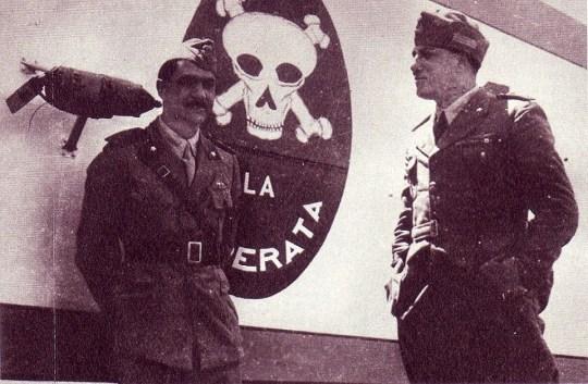 Pavolini appoggiato alla carlinga di uno dei Caproni Ca.101 della squadriglia di bombardieri La Disperata.jpg