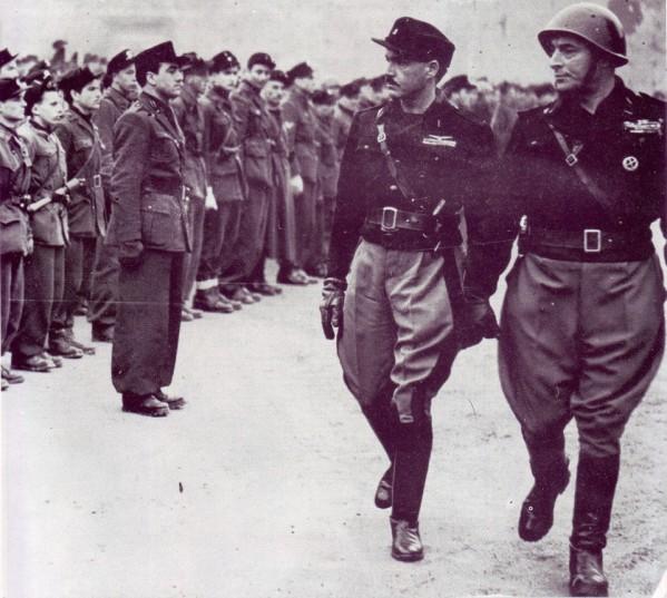 Pavolini e Vincenzo Costa passano in rassegna gli squadristi delle Brigate Nere della Resega estate1944