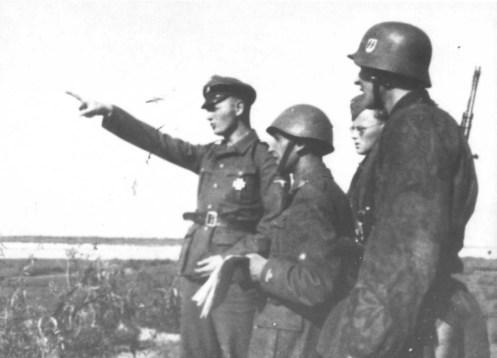 Ufficiali italiani a colloquio con ufficiali della divisione SS Wiking