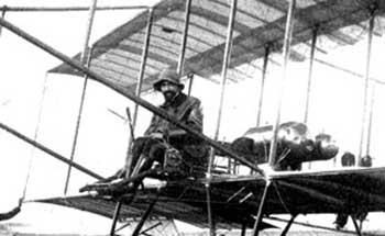 Giulio Gavotti su un biplano Farman, Roma 1910
