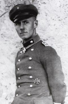 Il tenente Rommel nella Prima guerra mondiale. Intorno al collo porta l'ordine Pour le Mérite meritatosi nella battaglia di Caporetto