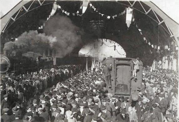 La folla sui binari al passaggio del treno dalla stazione di Arezzo con la bara del Milite Ignoto