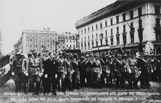 La salma del Milite Ignoto trasportata dai decorati con la medaglia d'oro al valor militare (4 novembre 1921)