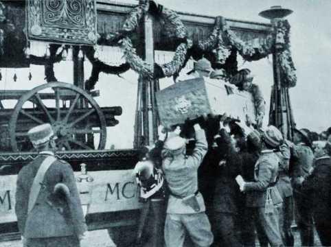 La salma del Milite Ignoto viene issata sul carro funebre nella stazione di Aquileia (29 ottobre 1921)