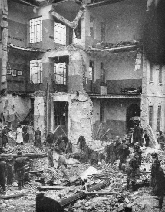 Ottobre 1944 la scuola elementare di Gorla dopo bombardamento Alleato, i soccorsi