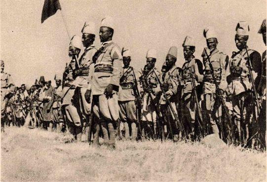 Reparto di àscari eritrei; furono le truppe coloniali che, guidate da ufficiali italiani, condussero le operazioni di repressione.