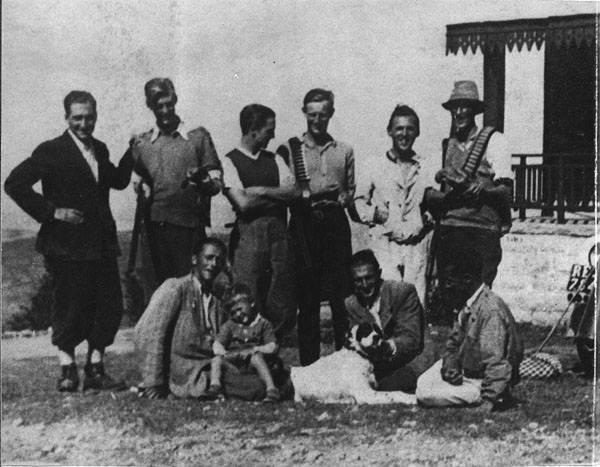 Ex prigionieri di Fontanellato sul monte Cimone, ritratti insieme ad un gruppo di partigiani