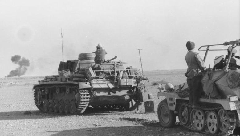 Forze meccanizzate dell'Afrikakorps in azione nel deserto nord-africano.jpg