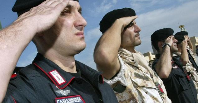 Il saluto delle truppe italiane a Nassiriya, in occasione del primo anniversario del devastante attacco contro il contingente dell_esercito - novembre 2004