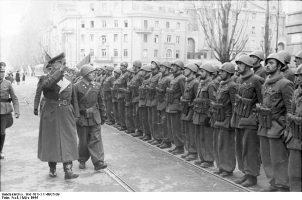 Roma, marzo 1944. Ispezione al Barbarigo da parte del generale tedesco comandante della piazza, Kurt Mälzer.jpg