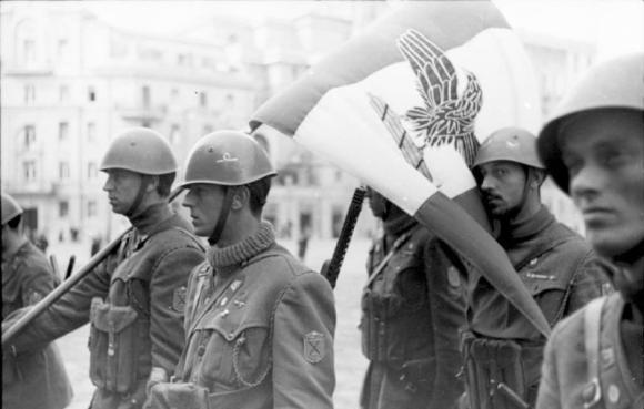 Truppe della Decima MAs con la bandiera di guerra della Repubblica Sociale Italiana.jpg
