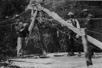 Un paranco all'imboccatura di una foiba con cui si procede al recupero delle vittime