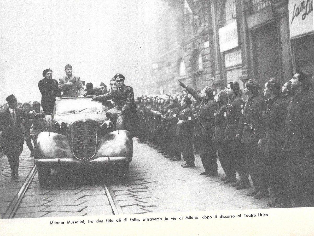 Mussolini a Milano, dopo il discorso del Lirico, sul predellino dell'auto Franco Colombo.jpg
